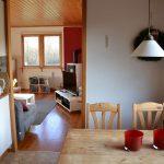Blick aus der Küche zum Wohnzimmer
